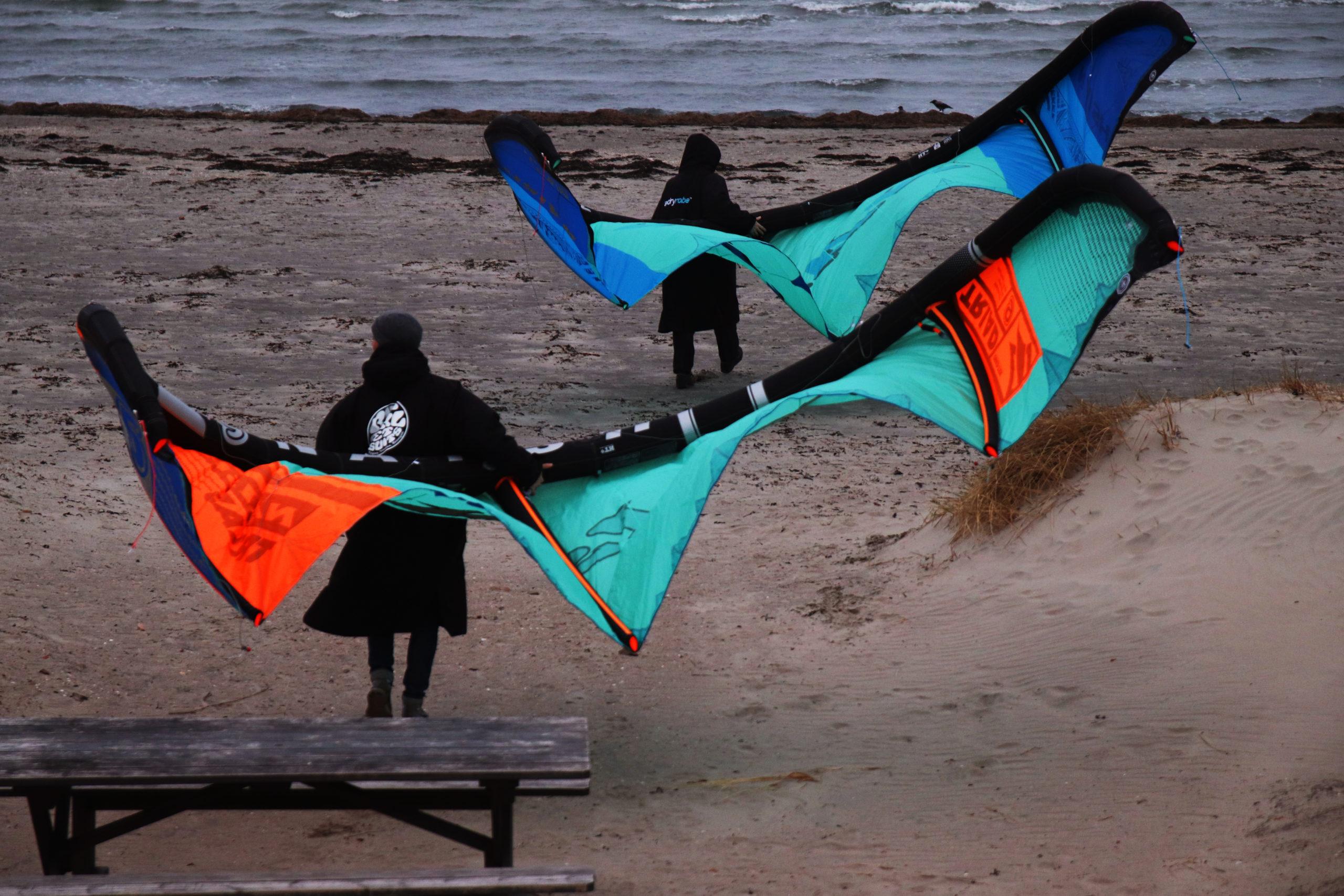 David Moretti och Oskar Hellsing på väg till stranden med sina kitedrakar.