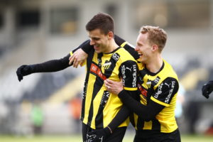 BK Häckens Alexander Jeremejeff och Gustav Berggren firar ett mål.