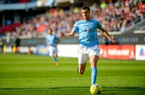 Alexander Jeremejeff springer med bollen i Malmö FF:s tröja.