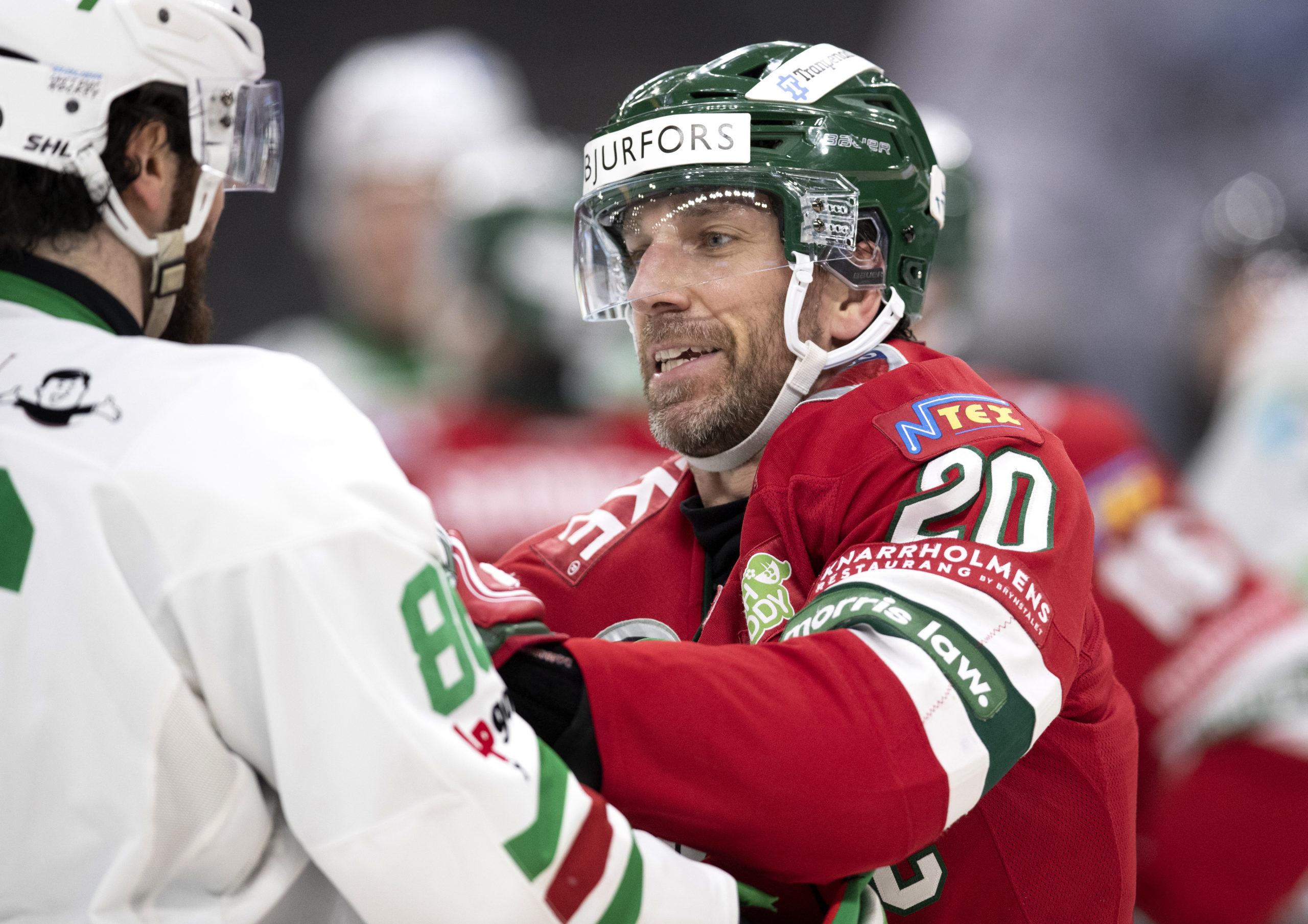 Frölundas Joel Lundqvist bråkar med en spelare i Rögle.