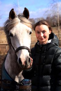 Lisen Allberg med sin häst Cencessa i hagen