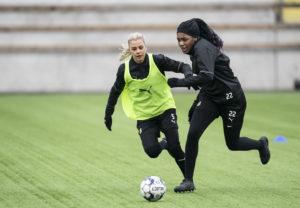 Två fotbollsspelare jagar bollen.