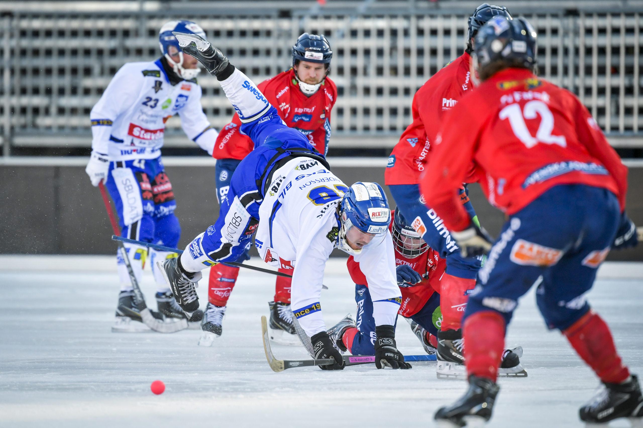 Villa Lidköpings spelare Joakim Andersson faller i en duell med en spelare i Edsbyn.