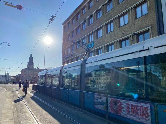 Bild på spårvagn i solskenet vid Brunnsparken i Göteborg.