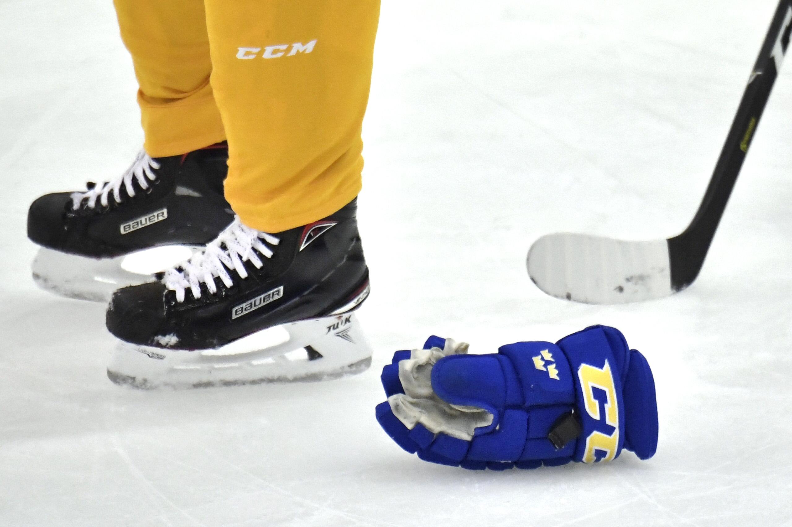 Skridsko och handske från svensk ishockeyspelare