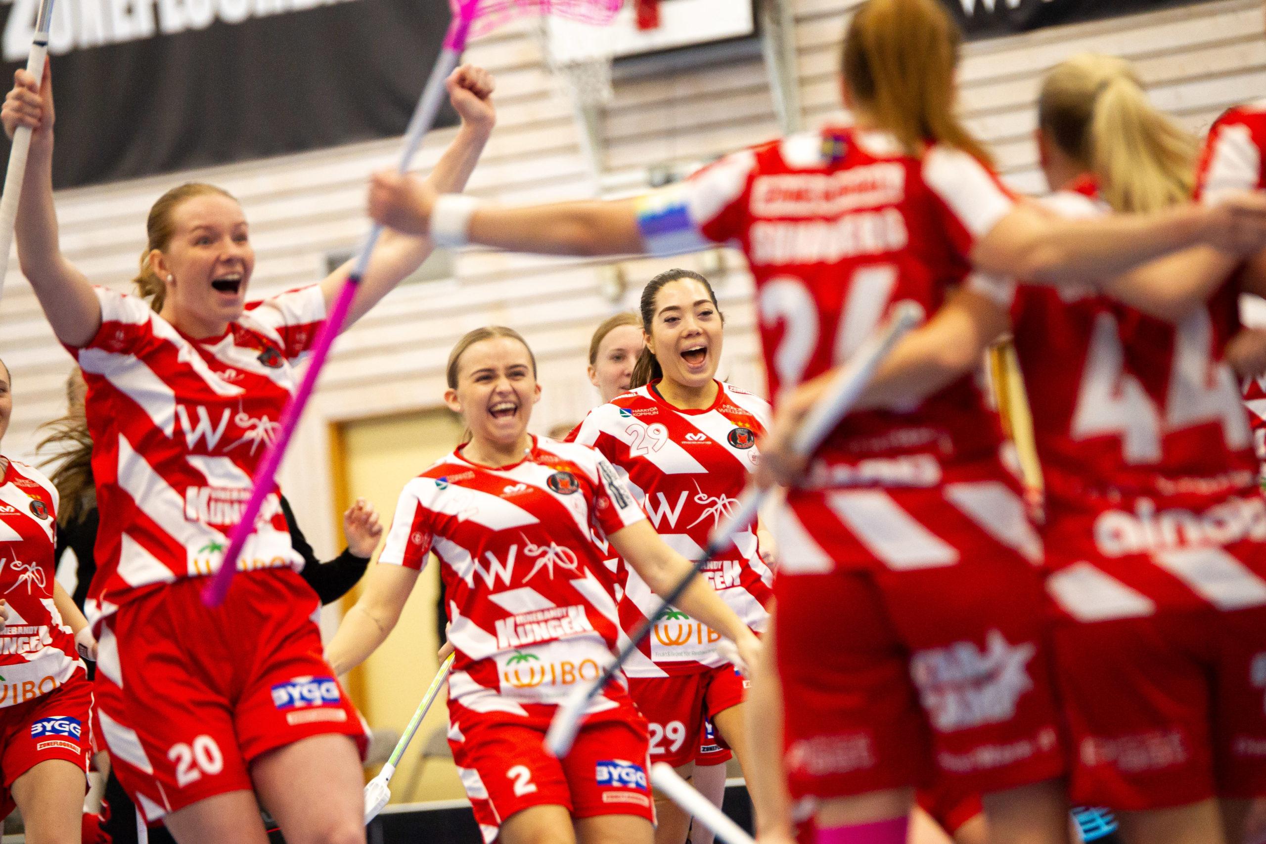 Pixbo Wallenstams damer firar ett mål i innebandy semifinalen