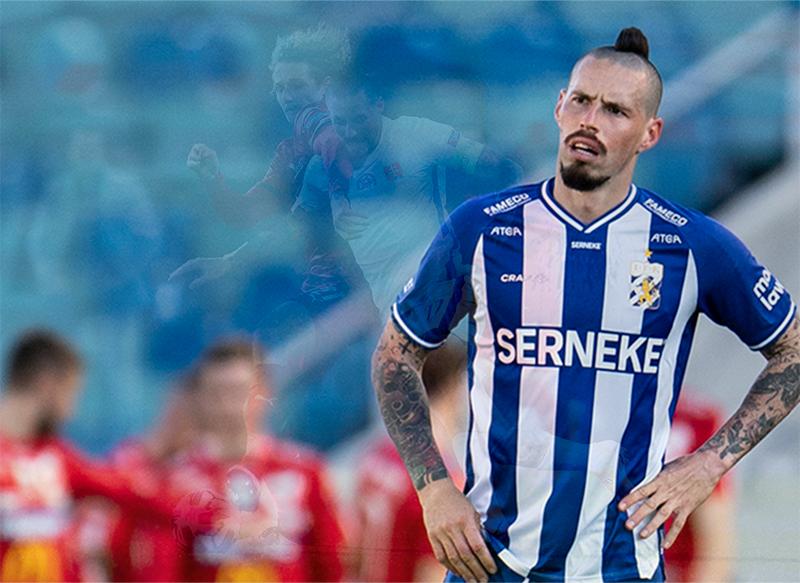 Bild på Marek Hamsik mot Degerfors. Man med en tuppkam och massa tatueringar på armarna. Står besviken med en blå och vitt randing IFK Göteborgs matchtröja