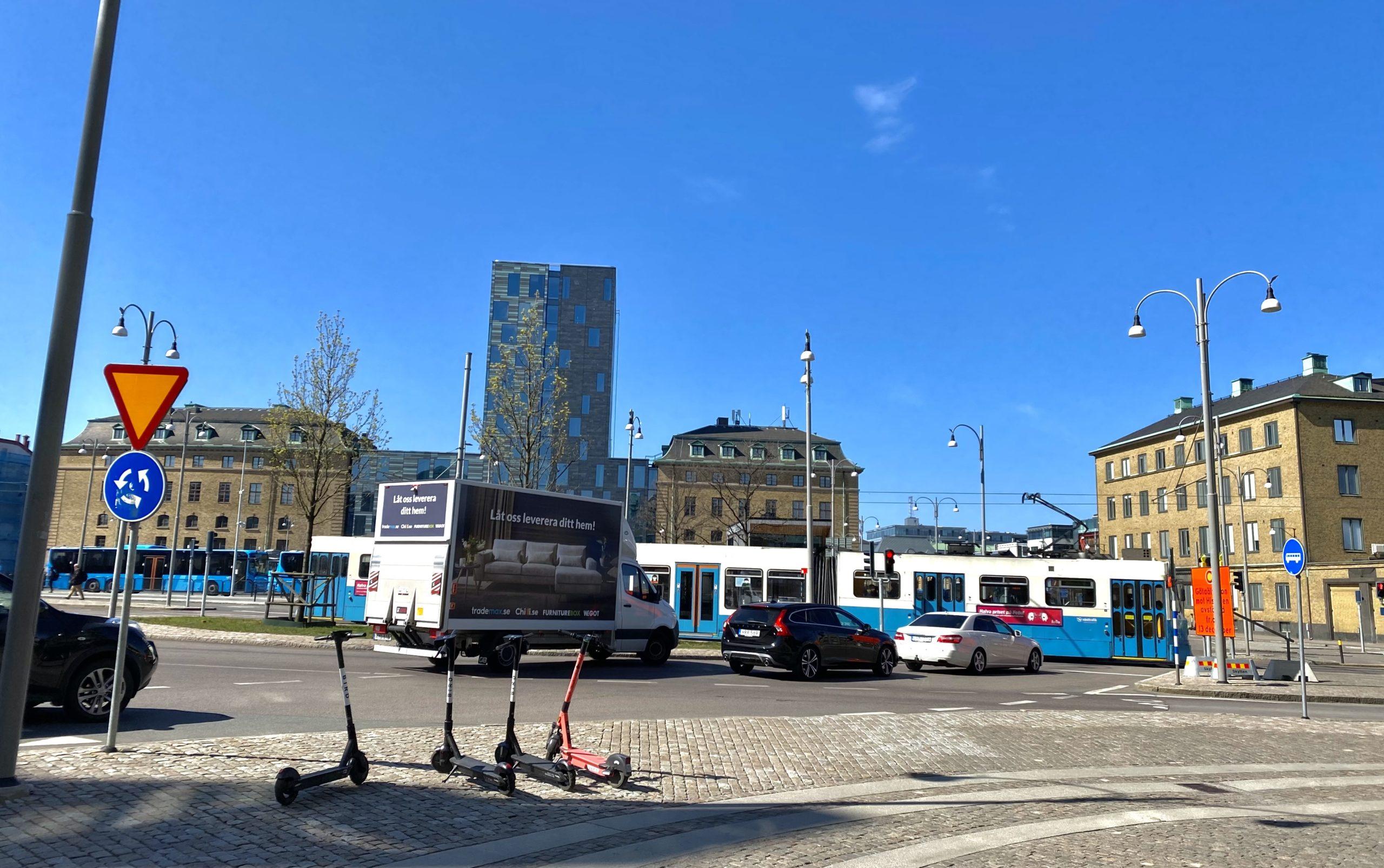 Bild på Åkareplatsen i Göteborg, klarblå himmel.