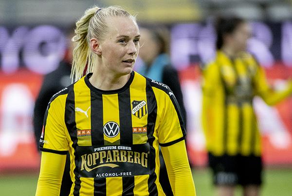 Fotbollsspelare Stina Blackstenius i BK Häckens tröja.
