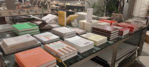Coffee table books på ett bord.