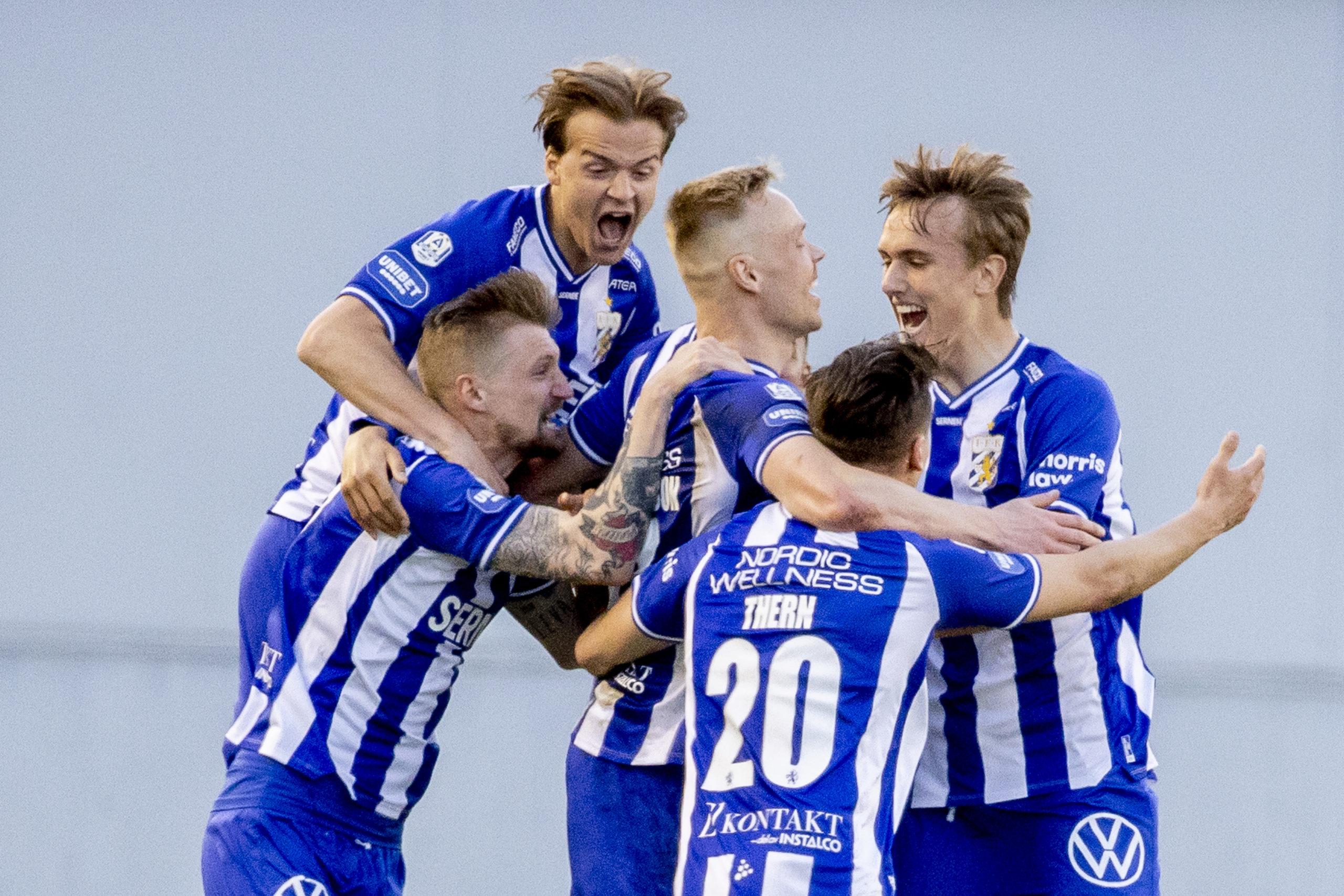 Blåvitts spelare firar tillsammans efter Kolbeinn Sigthorssons mål mot AIK