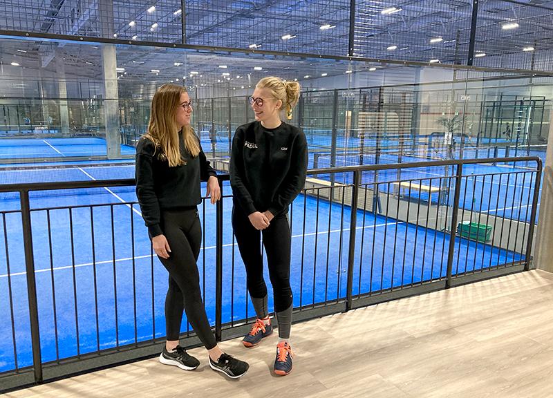 Ida Höglund Persson och Elin Sennhed skrattar framför banorna.